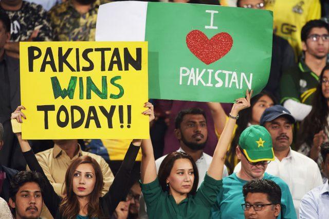 pakistani people love cricket