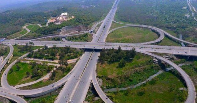 Intelligent-transportation-system-set-up-at-expressway