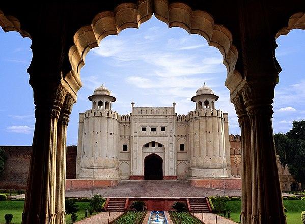 600px-Lahore_Fort_view_from_Baradari