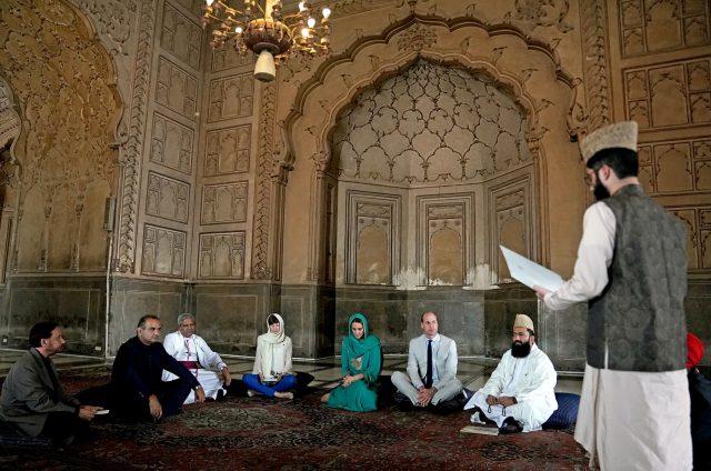 Britain's Prince William and Catherine, Duchess of Cambridge visit the Badshahi Mosque in Lahore, Pakistan October 17, 2019.