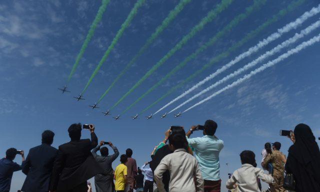 People-watch-Pakistani-jets-perform-aerobatic-manoeuvres-in-Karachi.