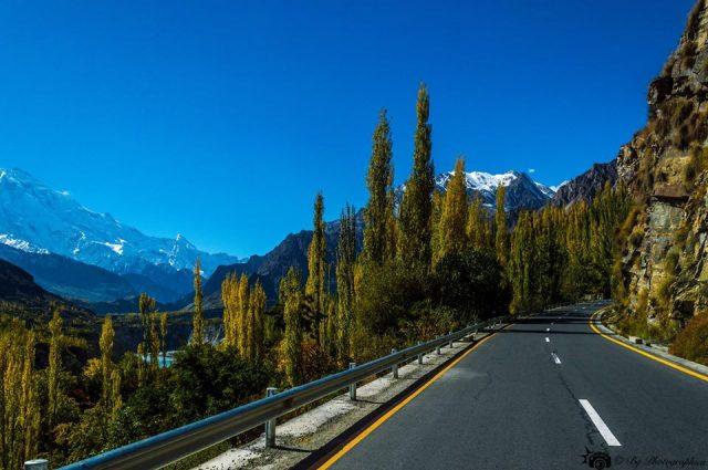 20 Karakoram-Highway-Near-Karimabad